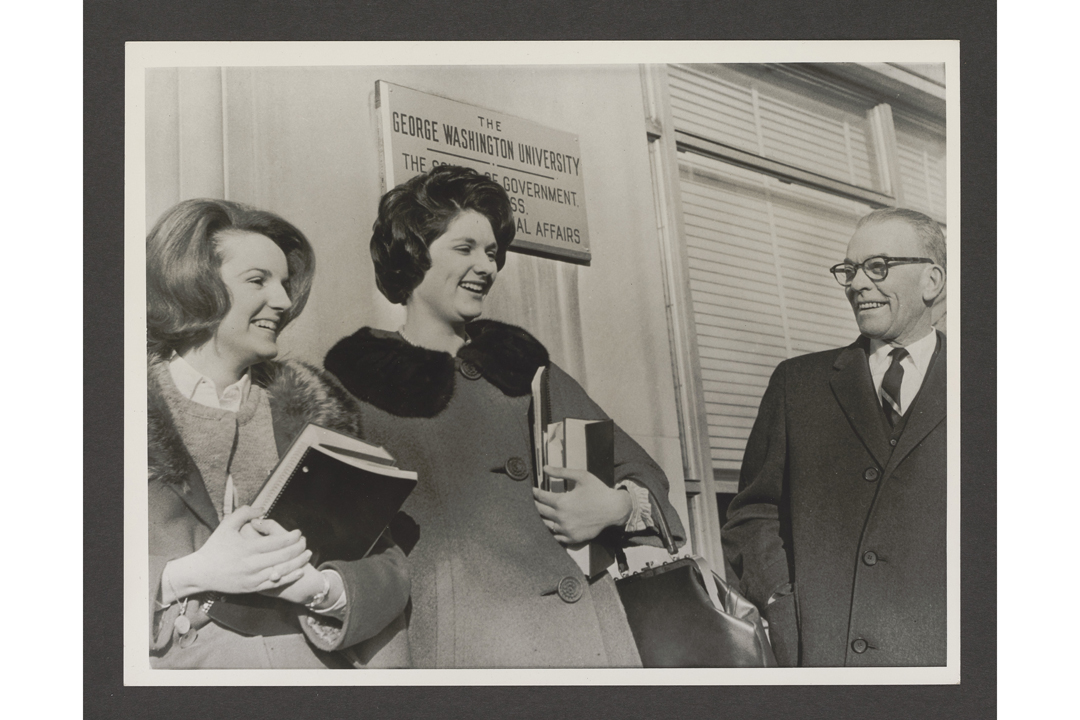 Warrie Lynn Smith, Lynda Bird Johnson, and Oswald Colclough outside the School of Government, 1964